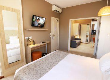 Appart hotel montaigne sarlat vue globale depuis le lit